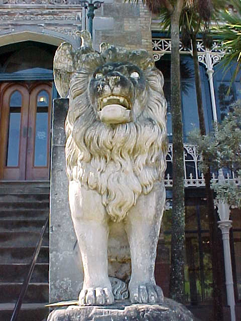 Lion statue (New Zealand, The Travel Addicts, South Island)