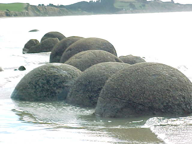 Line of Spherical boulders (New Zealand, The Travel Addicts, South Island)