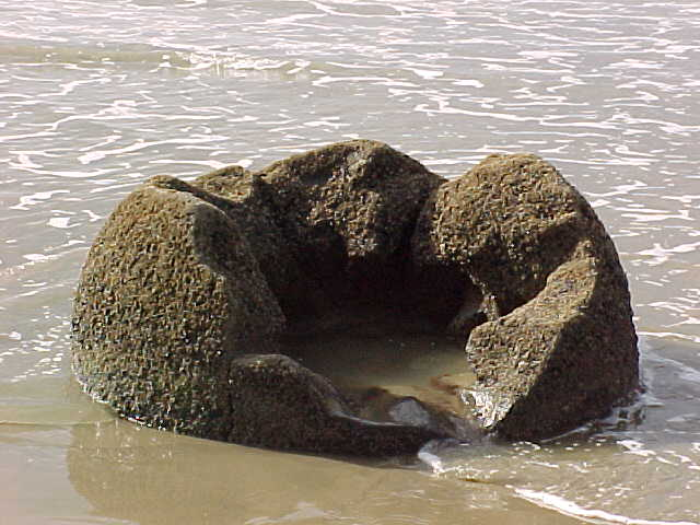 Hollow boulder (New Zealand, The Travel Addicts, South Island)