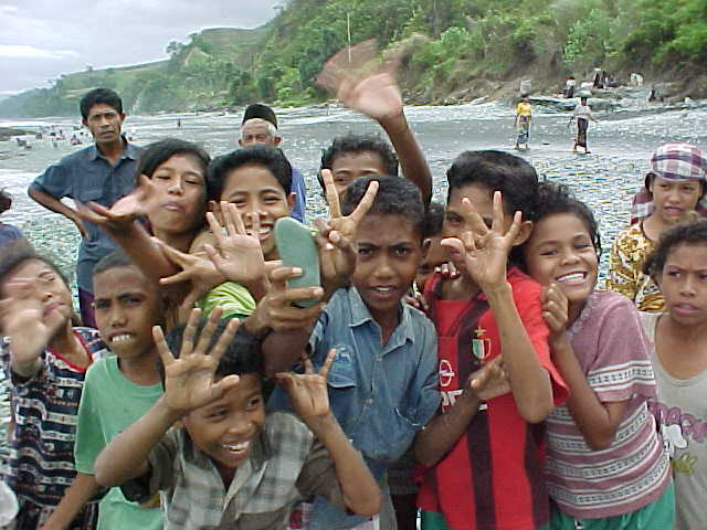 These kids had never seen a digital photo before.   (Indonesia, The Travel Addicts, Flores, East Nusa Tengarra)