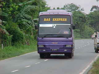 The bus (late as expected) :  (The Travel Addicts, Malaysia, Sabah)