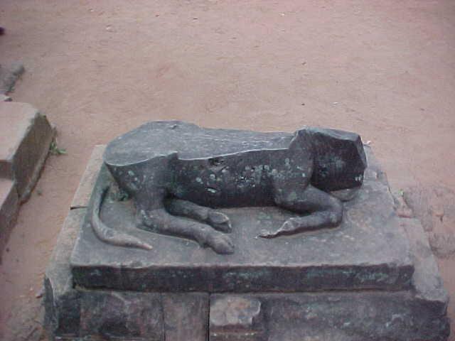 Sculpture :  (Cambodia, The Travel Addicts)
