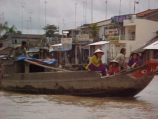 Commerce on the river (Vietnam, The Travel Addicts)