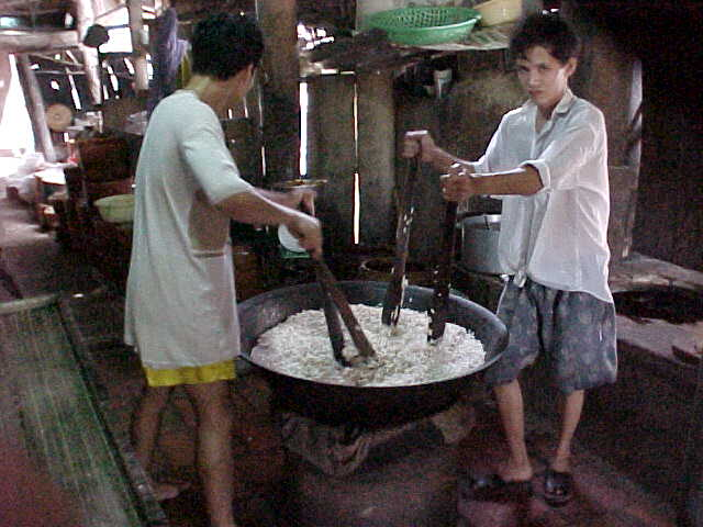 Making rice cakes (Vietnam, The Travel Addicts)