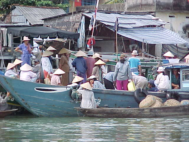Boat landing :  (Vietnam, The Travel Addicts)