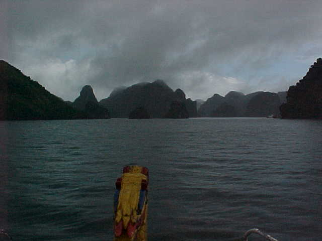 Dragon prow on Dragon Bay (Bay) : Play on words as Ha Long means Dragon Bay, so Ha Long Bay means Dragon-Bay Bay (Vietnam, The Travel Addicts)
