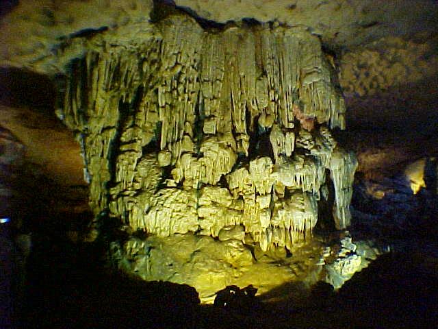 Hang Sung Sot cavern :  (Vietnam, The Travel Addicts)
