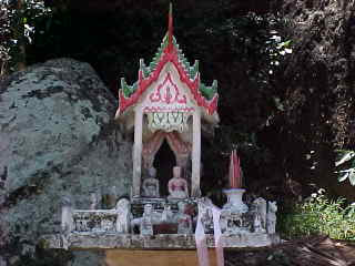 Spirit house : Every Thai building has one of these for the spirits to live in. (The Travel Addicts, Thailand)