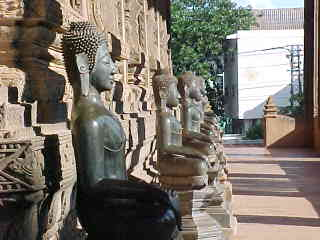 Mezzanine full of Buddhas (Laos, The Travel Addicts)