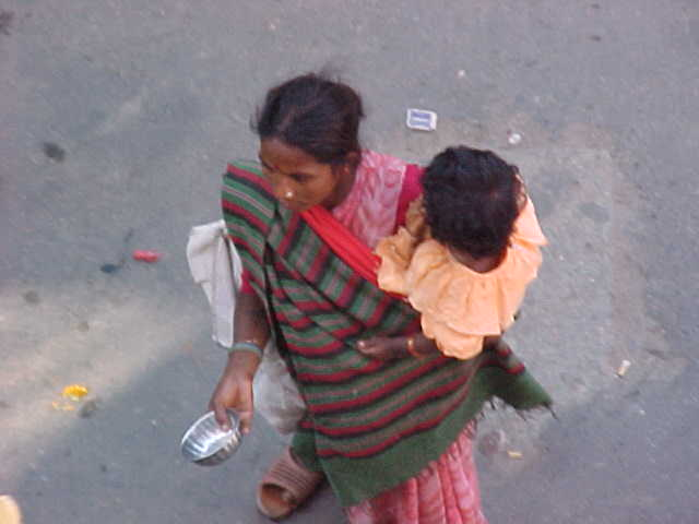 Beggar woman and child (Nepal, The Travel Addicts)