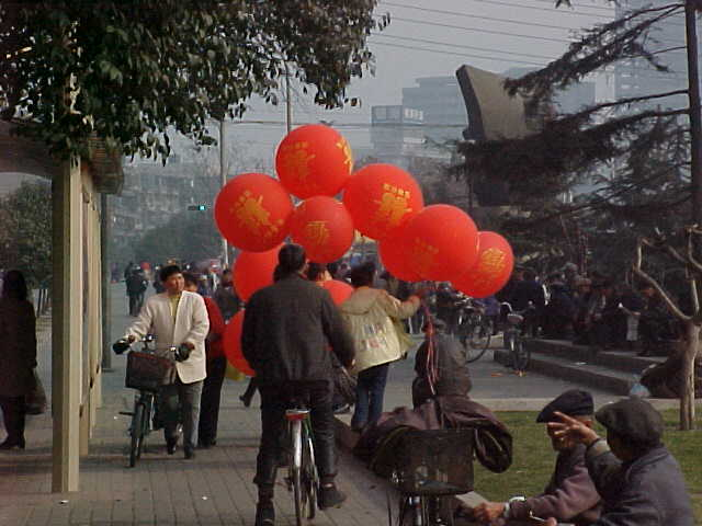 MVC-167S-Another ballooon merchant. , Chengdu, Sichuan Sheng, China (成都, 四川省, 中国) (The Travel Addicts, China)
